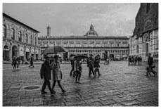 Passanti in centro a Bologna in una giornata di pioggia.