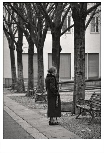 Anziana che parla con persone immaginarie sedute sulla panchina / 2017.