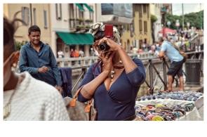 Madre che fotografa il figlio mentre passeggia sui Navigli / 2016.
