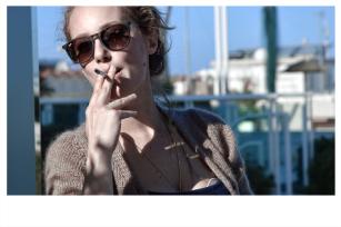 Sigaretta e relax a fine shooting.